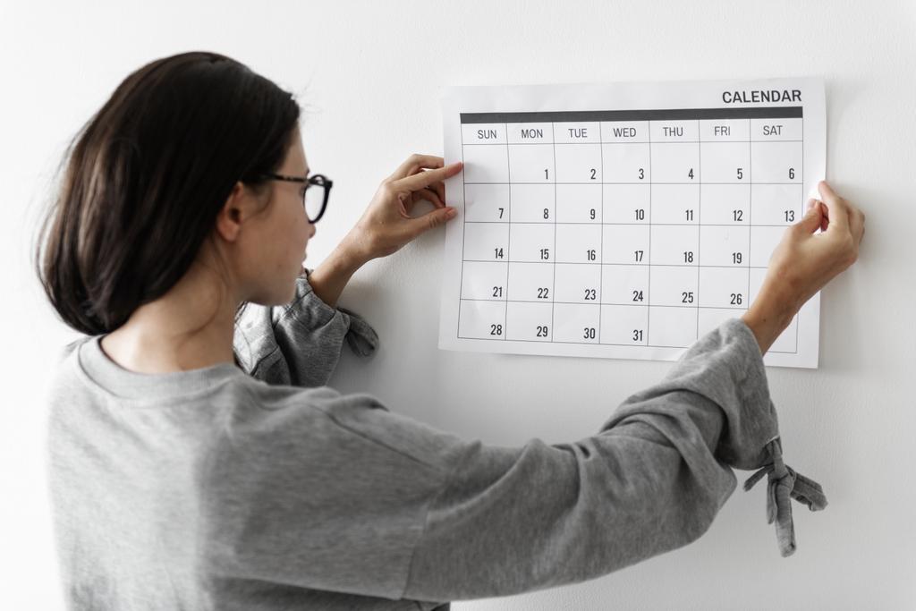 mulher-acompanha-calendario