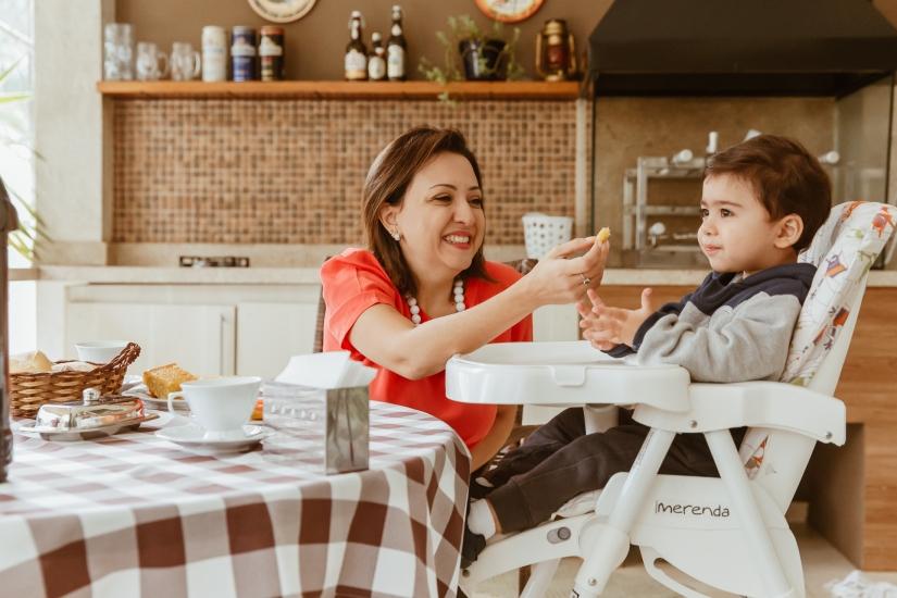 mãe-alimenta-filho-com-prazer