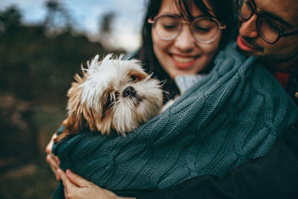 moça-com-cachorro-no-colo-e-namorado-abraçado