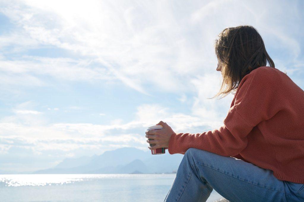 mulher-pensativa-automimo-versus-autocuidado